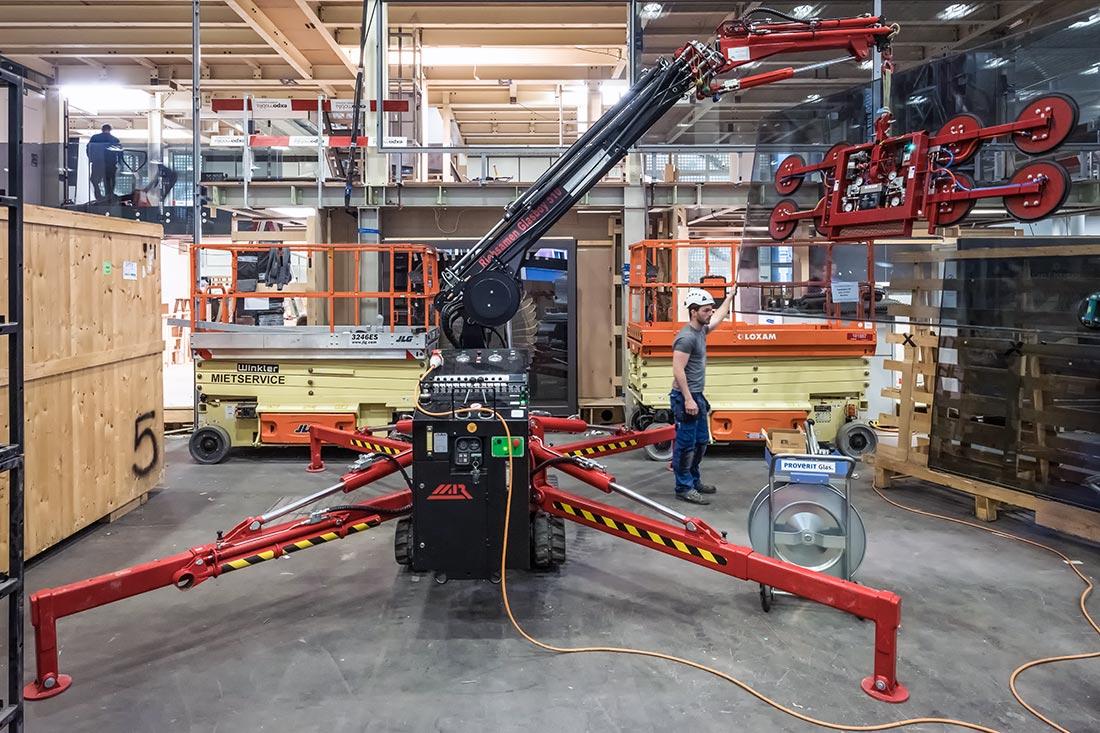 Foto von Verglasungsroboter im Einsatz – Dienstleistung Glasmontage-Technik Sommer AG