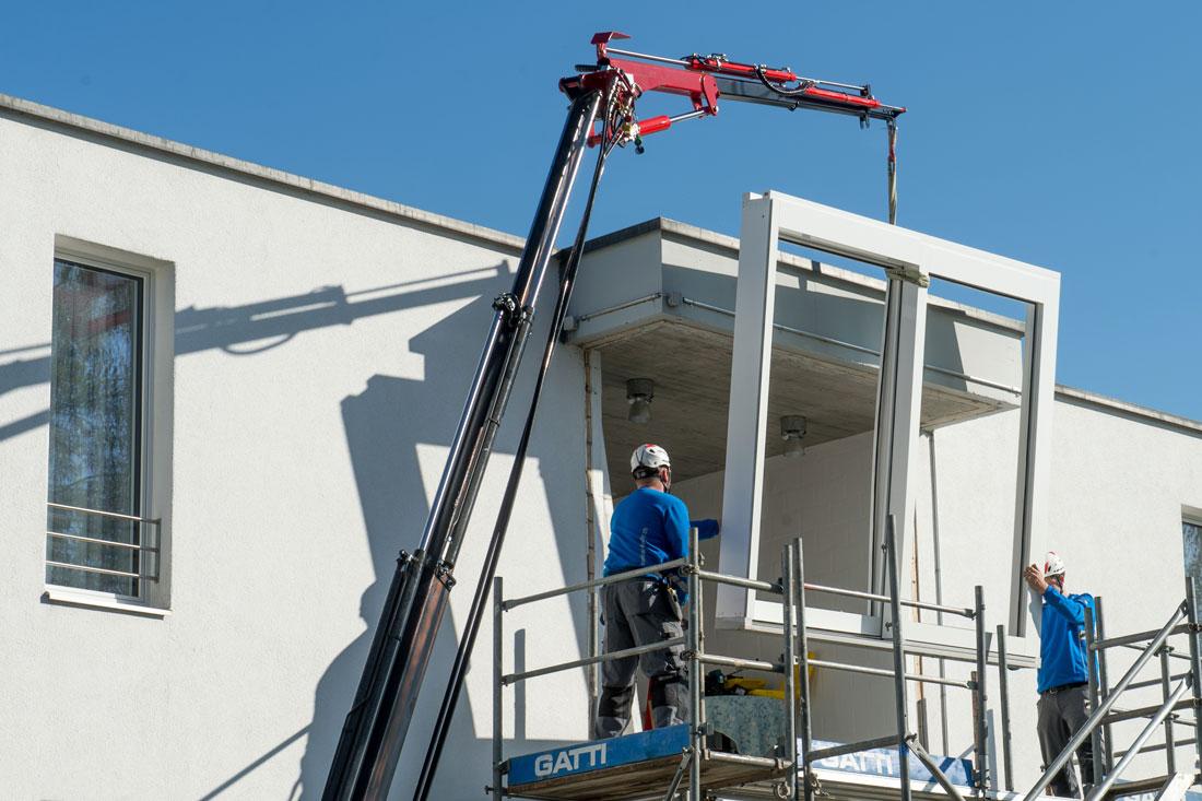 Foto von Fenstermontage mit Verglasungsroboter – Dienstleistung Glasmontage-Technik Sommer AG